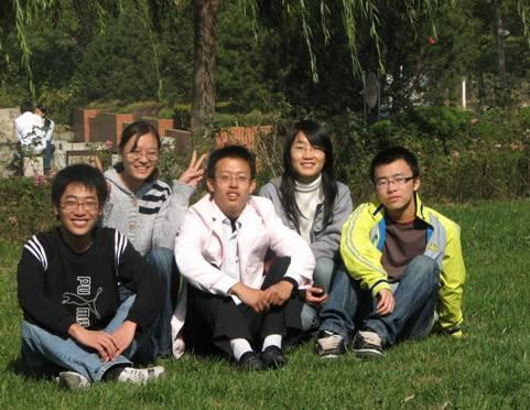 李建元他们团队的五名同学合影